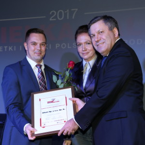 Damian Adamski Dyrektor Działu Zakupów firmy Altom odbiera nagrodę z rąk premiera Janusza Piechocińskiego