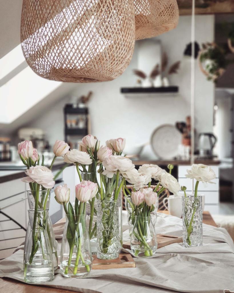 Wiosna na stole w szklanych wazonach