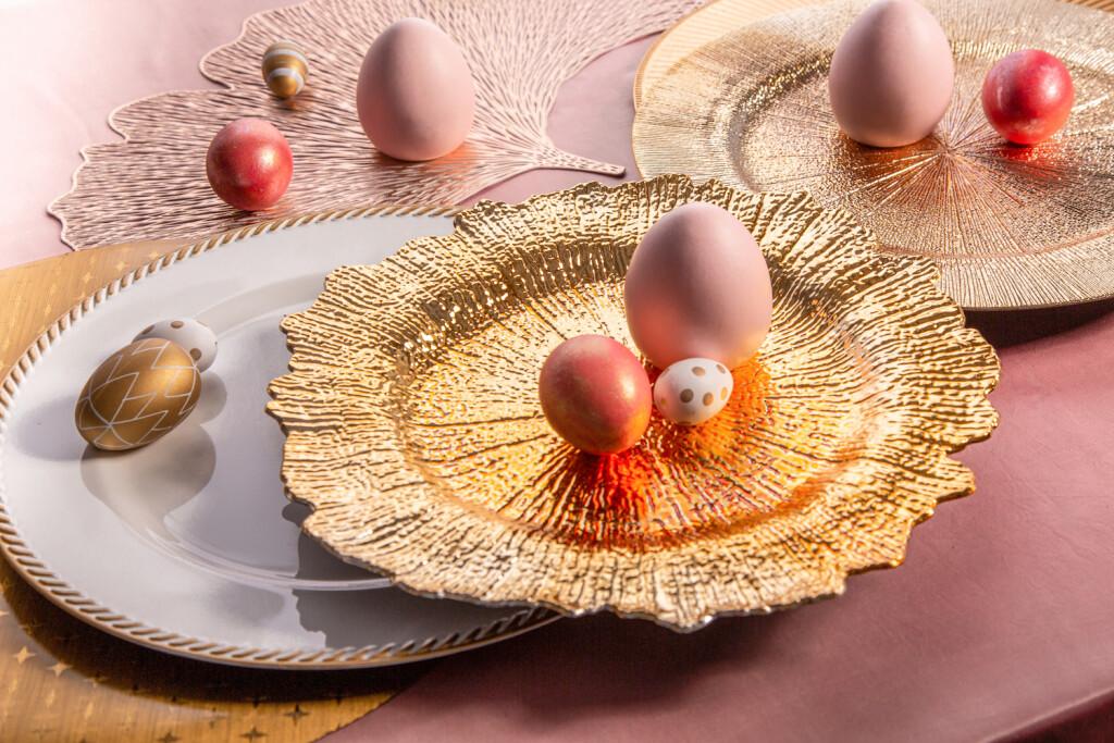 dekoracje wielkanocne altom, złote podkładki pod talerze
